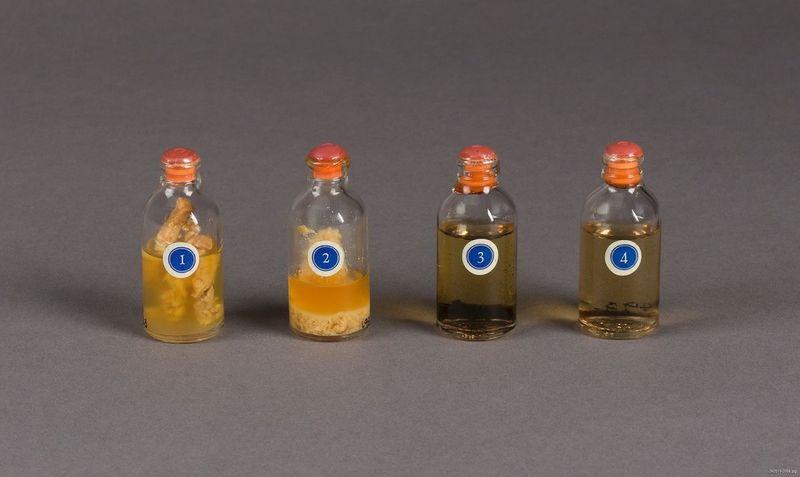 Αυτά τα φιαλίδια αποτελούν μέρος ενός σετ που δημιούργησε η Elli Lilly & Company την δεκαετία του 1940, για την προώθηση της ινσουλίνης. Τα νούμερα που έχουν πάνω αναπαριστούν 4 βήματα στη διαδικασία της απόσταξης της ινσουλίνης μέχρι το τελικό προϊόν.